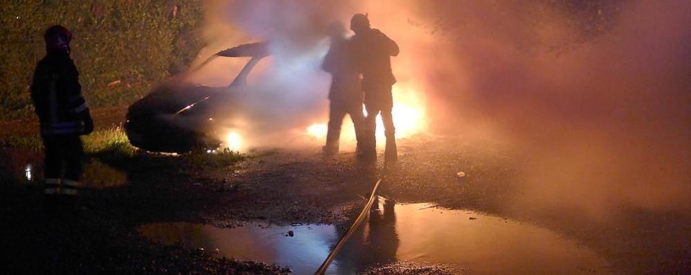 Ponte Lambro, auto in fiamme  Torna l'incubo del piromane
