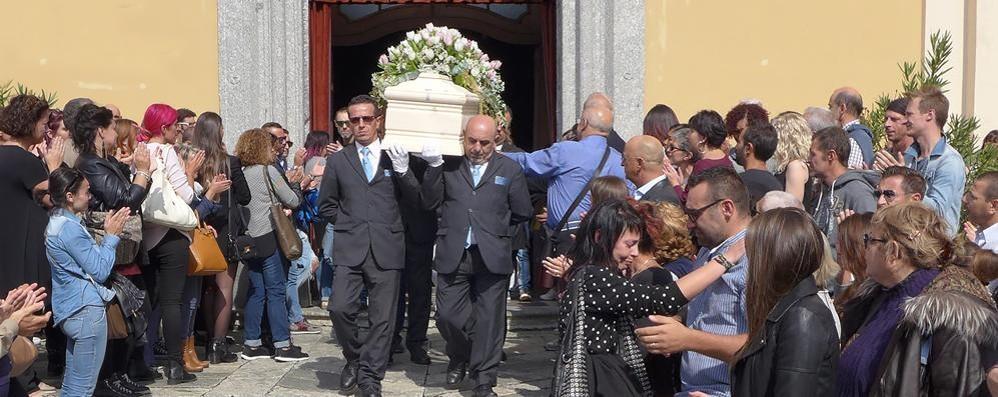 Albavilla, più di mille per l'addio a Clara  In lacrime gli amici della giovane mamma