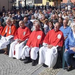Erba, inaugurata la scultura  per monsignor Pirovano