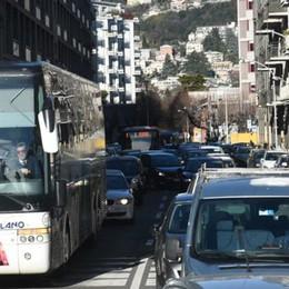 «Lampioni rotti e nessuno interviene»  Viale Masia, petizione dei residenti