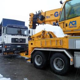 Monguzzo, camion si ribalta Bloccata la provinciale