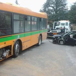 Proserpio, bus contro auto Due ragazzi in ospedale