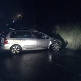 Con l'auto contro il muro  Un ferito a Olgiate