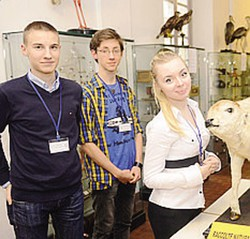1Studenti come guide tra i reperti in mostra al liceo classico Volta 2 Animali impagliati in mostra, a osservarli molti comaschi guidati dai ragazzi