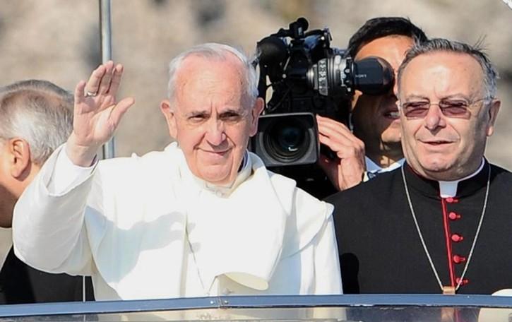 Il Papa a Lampedusa  «Il benessere rende insensibili»