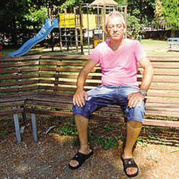 Carugo, vive da tre mesi  su una panchina al parco