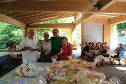 Giornata dell'anziano  il sindaco Bertocchi  a sx e l'assessore Felice Bernasconi in mezzo ai partecipanti meno giovani