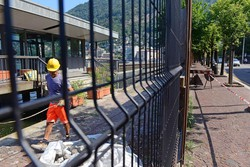 Como - La sostituzione della palizzata del cantiere delle paratie con una rete di metallo tra Sant'Agostino e piazza Cavour
