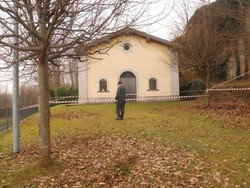 muro perimetrale della vecchia cascina franato sulla chiesetta di sant'Anna