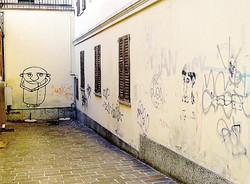 Graffiti in pieno centro: scritte con lo spray nero in via Matteotti