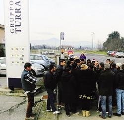 Alcuni lavoratori della Turra l'altro ieri a Brescia in presidio davanti alla sede dell'azienda