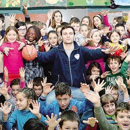A Monguzzo Stefano Gentile   con i bambini delle elementari