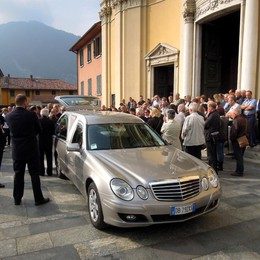Fotografo morto in montagna Tanti amici a Canzo per l'addio