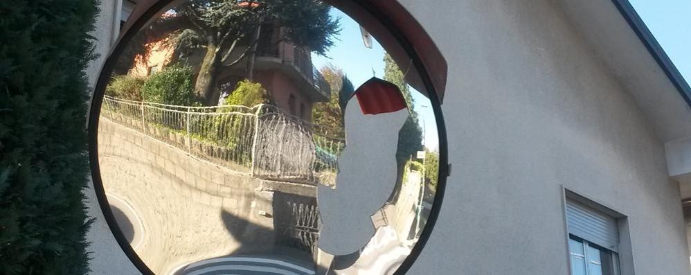 Raid nella serata di Halloween  Specchi stradali distrutti a Olgiate