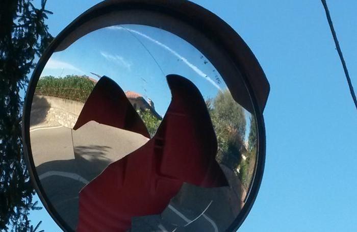 Uno degli specchi rotti dai vandali