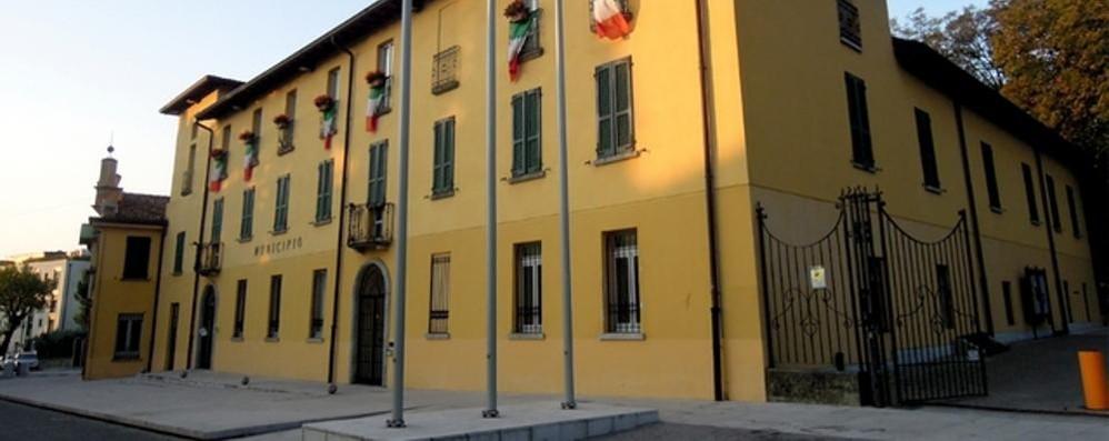 Magreglio, il crocifisso  torna sui muri del municipio