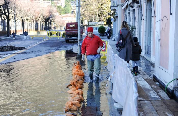 Como maltempo situazione lago in piazza e sporcizia