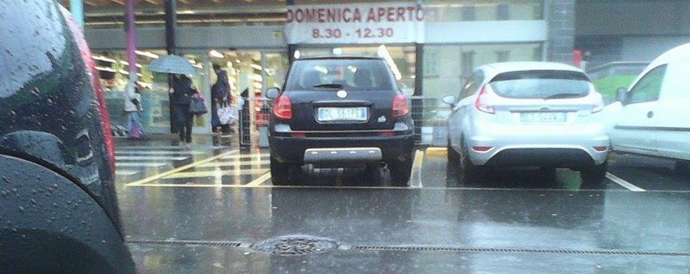 L'auto del sindaco  nel posto dei disabili