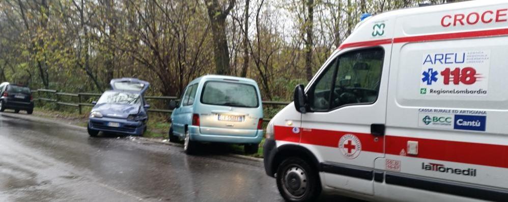 Asfalto viscido, scontro tra auto a Cantù