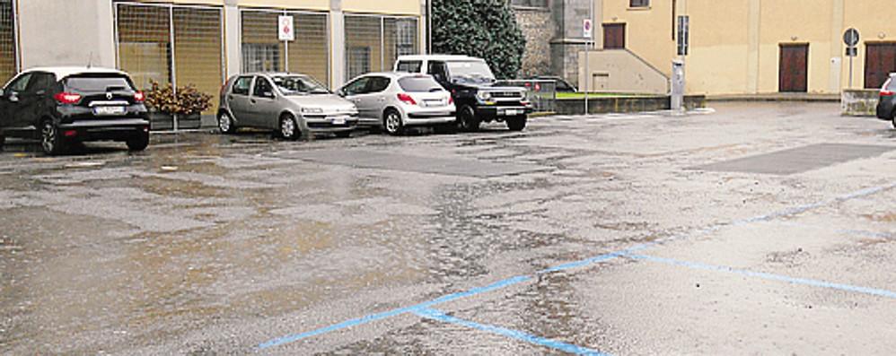 1 Il parcheggio di via Vittorio Emanuele, vicino all'oratorio2 Alcune delle buche: il parcheggio ne è pieno