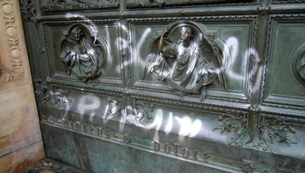 Imbrattato Duomo:writer a volto scoperto