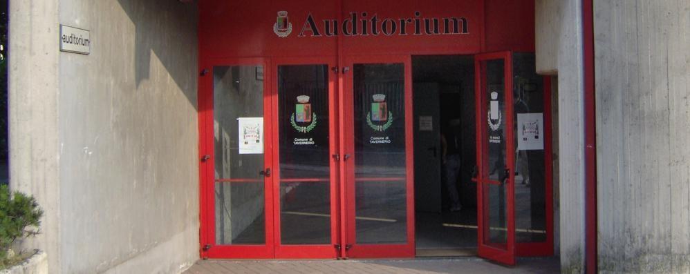 Tavernerio, cade l'intonaco Auditorium fuori uso
