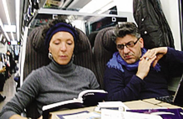 La comasca Chiara Ragazzi legge sul Freccia Rossa tra Bologna e Milano