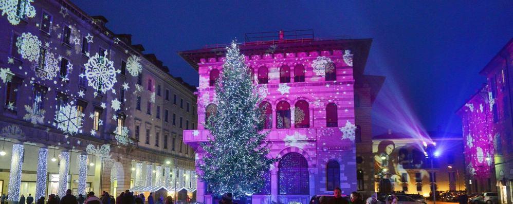 Il Broletto in versione rosa  scatena Facebook