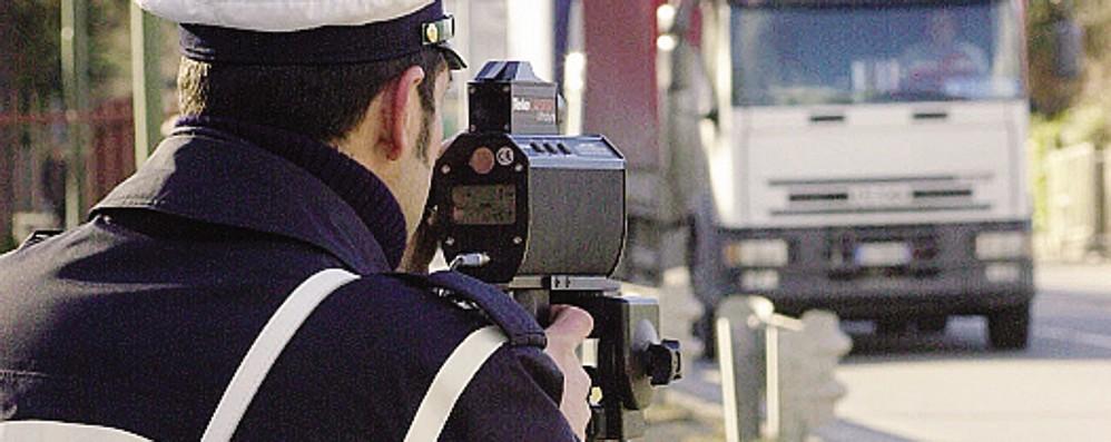 Colpetto di fari per segnalare i radar  Scattano le multe anche in Ticino