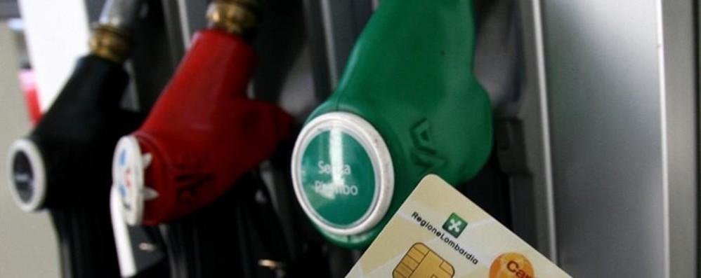 Diesel, la tessera sconto non basta  In Ticino il pieno fino a 10 euro in meno