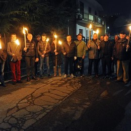 In corteo con le fiaccole  per i lavori bloccati a Sagnino
