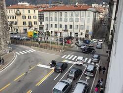 Tir in contromano in viale Lecco