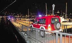 1 Andrea Tenca, l'istruttore della Canottieri Lario che si è buttato nel lago per salvare la donna milanese2 I vigili del fuoco sulla diga foranea