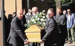 1Una moltitudine di giovani ha partecipato al funerale di Simone Lucca 2 Il feretro portato a braccia dopo la cerimonia
