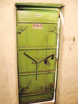 La porta antigas del rifugio in via Italia LIbera, prima del restauro