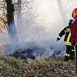 Ettari di bosco in fiamme  «Incendi dolosi» in Alto lago