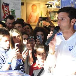 Folla per Zanetti e Cambiasso  In coda per l'autografo a  Tavernola