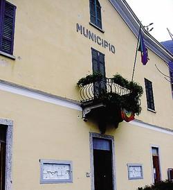 1Il municipio di Moltrasio  2 Il vicesindaco Antonio Saldarini