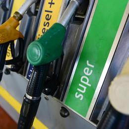 Benzina, altro rincaro  Ora arriva a 1,86 euro