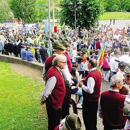 La marcia pacifica degli alpini  A Canzo duemila penne nere