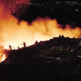 Mariano, discarica in fiamme  La gente: «Vogliamo la verità»