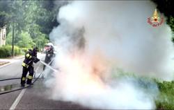 auto incendiata a Parè dopo incidente