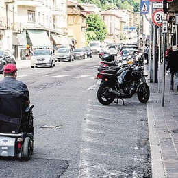 Como, marciapiede senza rampa  Disabili in strada a rischio