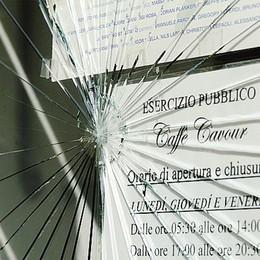 Rovellasca, al bar Cavour  vetrina spaccata a sassate