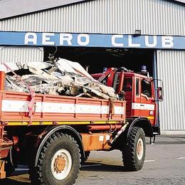 I  resti dell'aereo precipitato  tornati all'hangar di Como