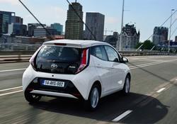La nuova Toyota Aygo su strada a scorrimento veloce