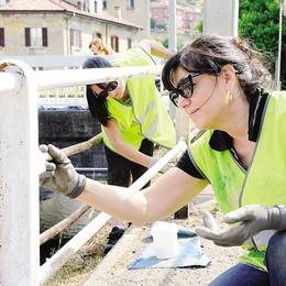 Como, sul Cosia al lavoro   ringhiere dipinte dai volontari
