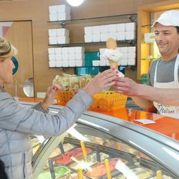 Chiudono tutti, il Ciao rilancia  A Como gelato gratis per i 30 anni