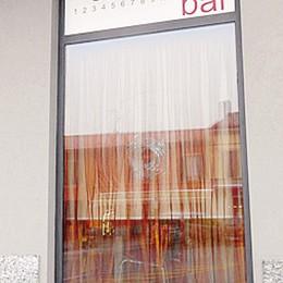 Appiano, misterioso raid  Sfondata la vetrina di un bar