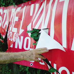 Bregnano, torna la Festa Unità  I vandali distruggono lo striscione